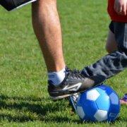 Billede af voksen og barn med fodbold