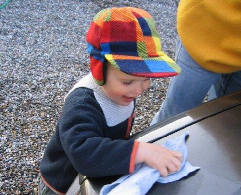 Eksempel på fælles opgave, når både far og søn er på hjemmearbejde der hjælper med en praktisk opgave