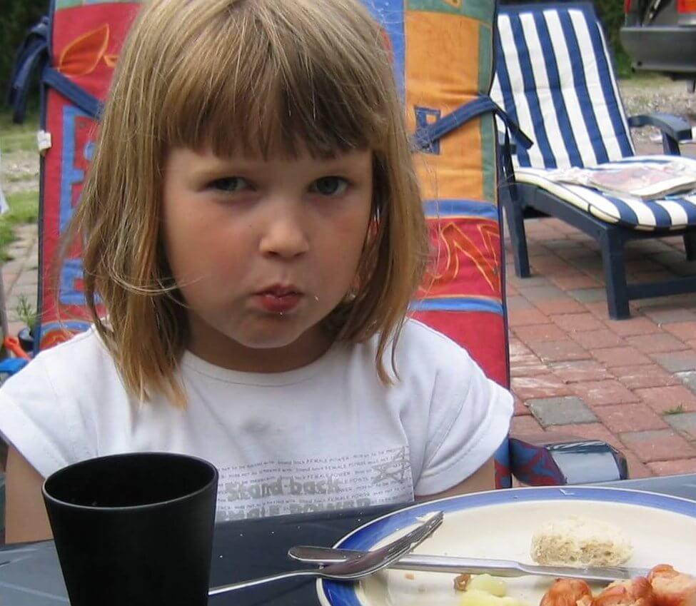 billede af pige med mad