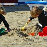 børn der leger i sandkasse