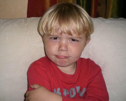 Billede af dreng, der ser provokerende kud